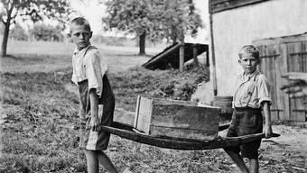 Ein dunkles Kapitel Geschichte: Bis in die Achtziger platzierten die Behörden Kinder aus schwierigen Familienverhältnissen zwangsweise fremd .
