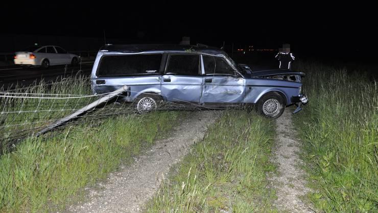 Weil die Autofahrerin einem Geisterfahrer ausweichen musste, verlor sie die Kontrolle über ihren Wagen und durchbrach schliesslich einen Windschutzzaun.