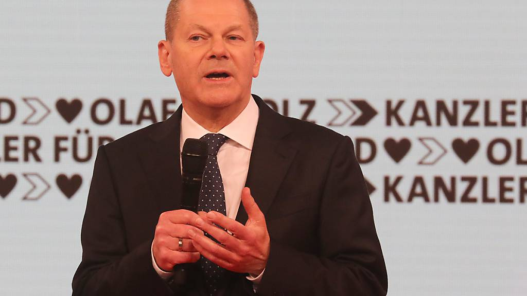 Olaf Scholz, Bundesfinanzminister und Kanzlerkandidat der SPD, spricht auf dem Online-Bundesparteitag der SPD. Im Hintergrund kann man in drei Reihen untereinander den Slogan «Kanzler für Deutschland» lesen. Foto: Wolfgang Kumm/dpa