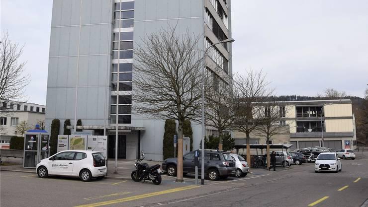 Neu werden die Parkplätze rund um das Gemeindehaus im Bereich Dohlenzelgstrasse durchnummeriert. mhu