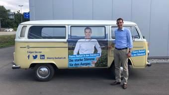 Posiert vor seinem Wahlkampfgefährt: Der Aargauer FDP-Nationalrat Thierry Burkart. Bild: Privatarchiv