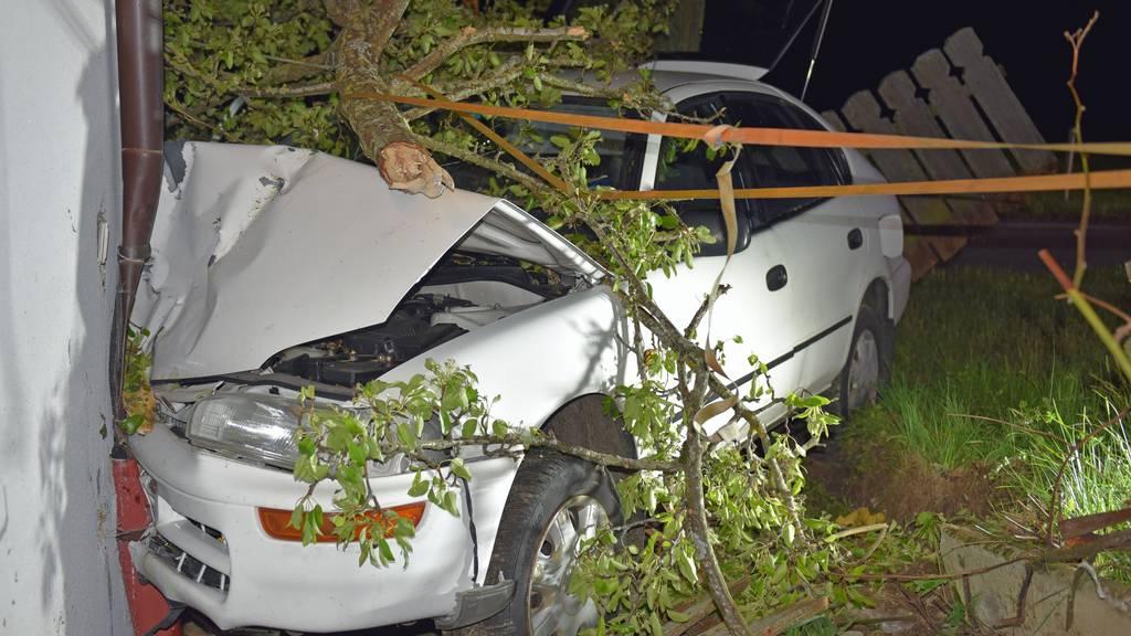 Betrunkener prallt mit Auto frontal in Haus – Führerschein weg