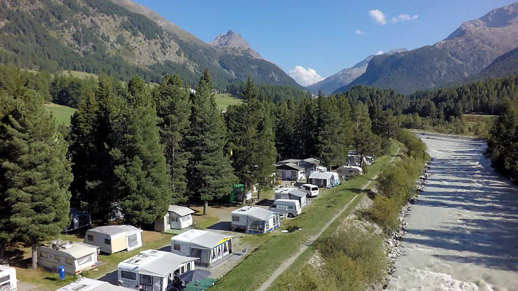 Die Campingplätze verzeichnen bessere Buchungsstände als im Vorjahr: Im Bild der Campingplatz in Samedan. (Archivbild)
