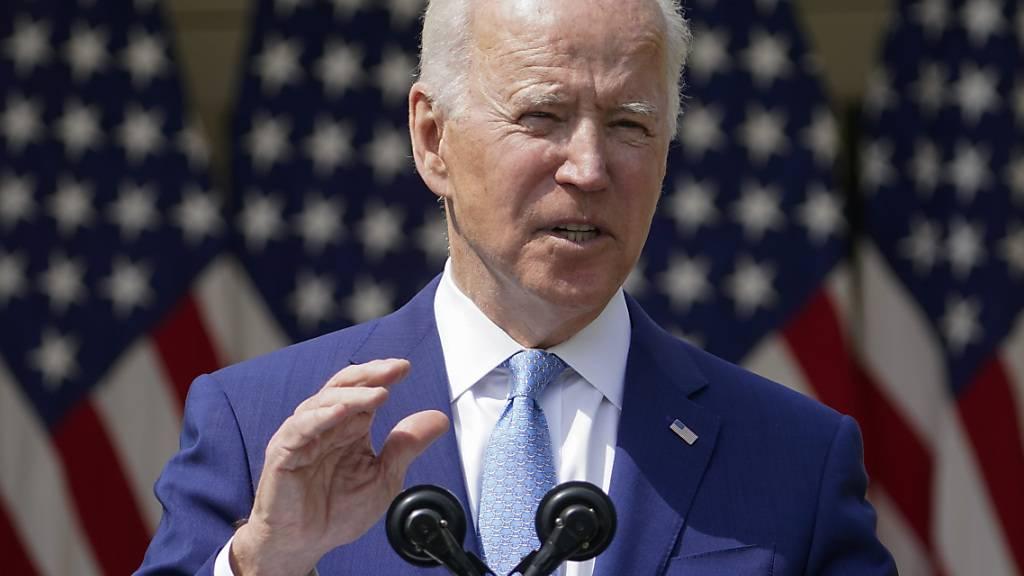 Joe Biden, Präsident der USA, spricht im Rosengarten des Weißen Hauses. Foto: Andrew Harnik/AP/dpa