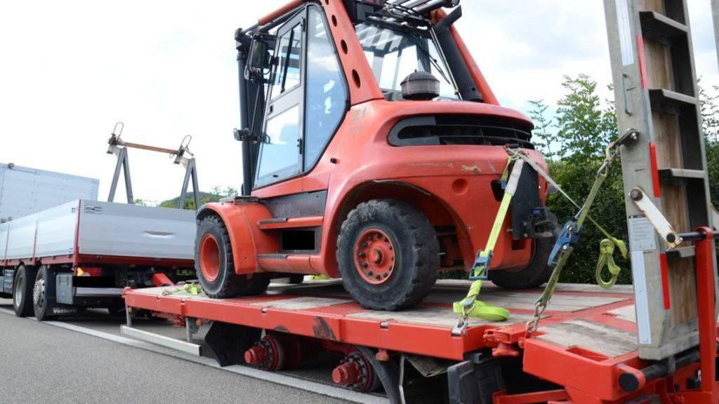 Dieser schwer beladene Lastwagenanhänger strandete auf der A2 bei Arisdorf BL, nachdem er seine vier Räder auf der linken Seite verloren hatte.