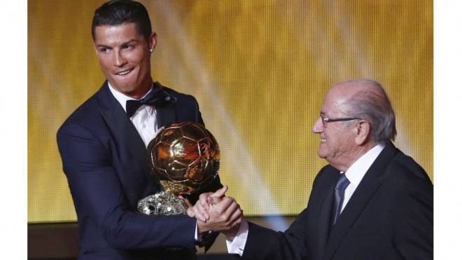 Zwei Männer, ein Grinsen: Sepp Blatter überreicht Cristiano Ronaldo den Goldenen Ball 2014. Foto: Reuters/Arnd Wiegmann