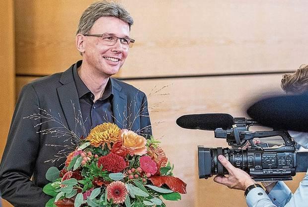 Blumen und viel Aufmerksamkeit - Dieter Egli, der Neue in der Aargauer Regierung.