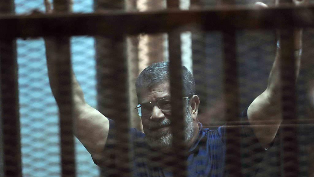 Der inhaftierte Ex-Präsident Mohammed Mursi während einer früheren Gerichtsverhandlung (Archiv)
