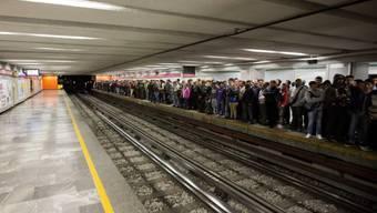 Menschen warten in Mexiko-Stadt auf eine Metro (Archiv)