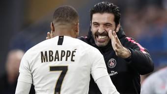 Der Jungstar und der Alt-Star: Goalie-Oldie Gigi Buffon beglückwünscht Kylian Mbappé zur Doublette gegen Caen