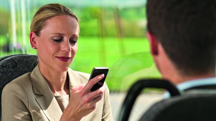 In allen umgerüsteten Postautos mit den gelben WiFi-Klebern können die Passagiere gratis im Internet surfen. zvg