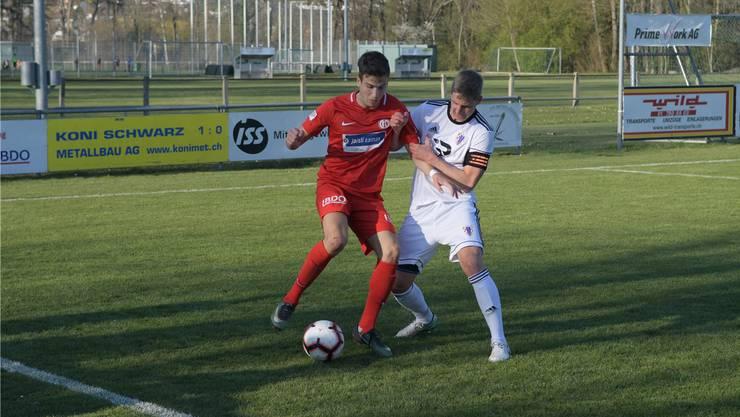 Dietikons Stürmer Aleandro Norelli (links, hier gegen Pajdes Captain Roman Lehmann), gelang ein Treffer.