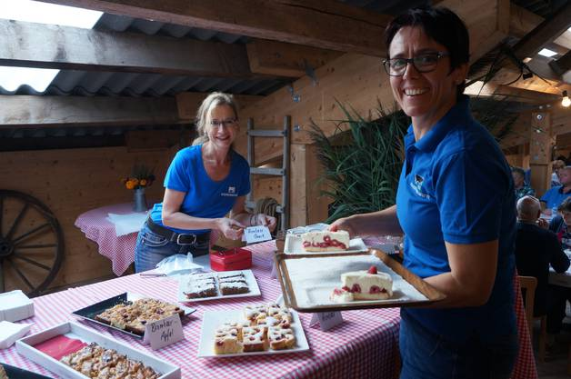 Veronika Steffen und Christa Locher verkaufen die selbst gemachten Kuchen.