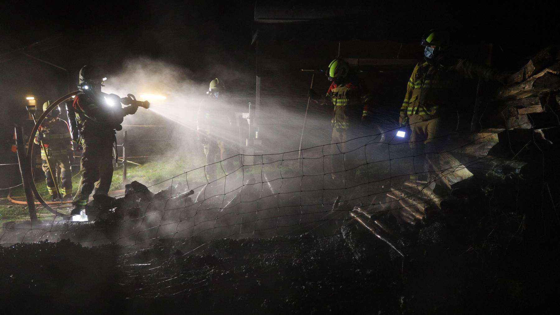 Der brennende Stapel wurde rasch gelöscht.