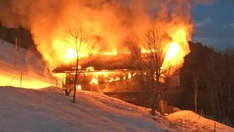 Bei Ankunft der Feuerwehr stand das Chalet bereits vollständig in Flammen. Das Haus war laut Polizeiangaben unbewohnt.