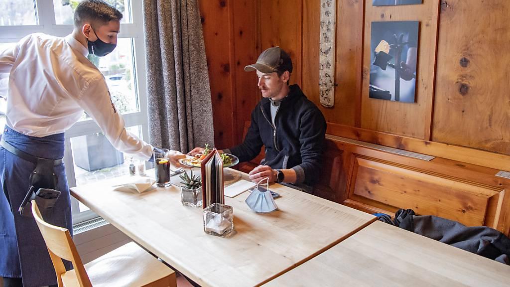 Ein Handwerker geniesst die Mittagspause und das Mittagsmenü im Glasi Restaurant Adler in Hergiswil im Kanton Nidwalden. Neu können die Büezer-Kantinen den ganzen Tag offen sein. (Archivbild)