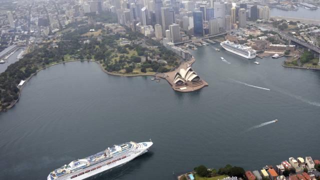 Die Sun Princess (unten links) läuft in den Hafen von Sydney ein