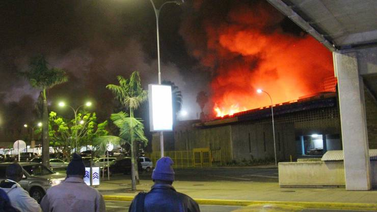 Ein Grossbrand im Flughafen der Hauptstadt Nairobi brach am Mittwochmorgen aus.