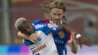 Grasshopper Souleyman Doumbia, links, im Kampf um den Ball gegen Basels Michael Lang, rechts