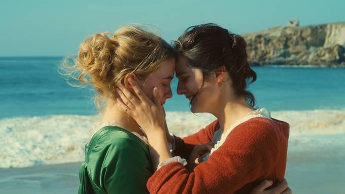 Heloïse (Adèle Haenel) und Marianne (Noémie Merlant) lieben sich im späten 18. Jahrhundert an gesellschaftlichen Zwängen vorbei.