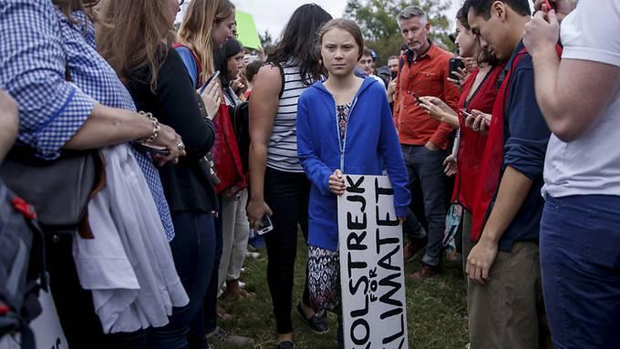 Greta mit Hunderten vor Weissem Haus