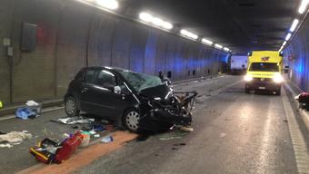 Bei einer Frontalkollision im Gotthardstrassentunnel sind zwei Personen ums Leben gekommen.