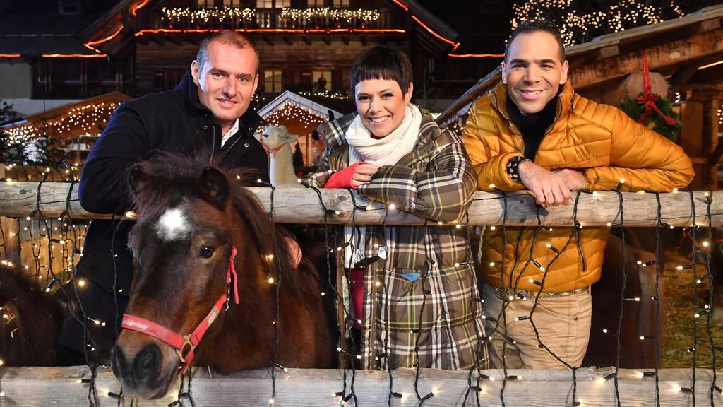 Gut Aiderbichl Geschäftsführer Dieter Ehrengruber, Francine Jordi und Al Walser auf während der Aufzeichnung für die Christmas Show.
