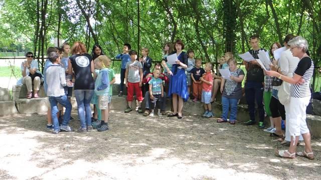 «Ein bisschen Frieden, ein bisschen Sonne  für diese Erde, auf der wir wohnen»: Die Kinder machen bereits, worüber sie gemeinsam singen.