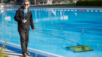 Peter Dietiker, Bademeister im Schwimmbad Möriken-Wildegg, reinigt vor der Saisoneröffnung am Samstag das Schwimmbecken. Pascal Meier