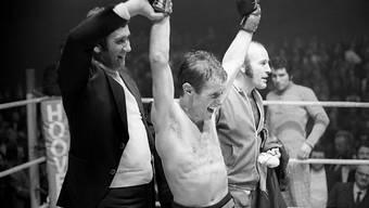 Fritz Chervet jubelt nach der Verteidigung seines EM-Titel im Fliegengewicht gegen den britischen Herausforderer John McCluskey am 26. Dezember 1972 im Hallenstadion in Zürich