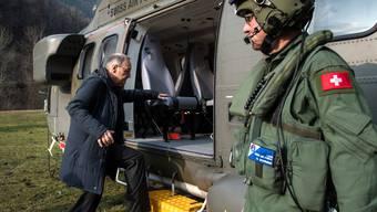 SVP-Bundesrat Guy Parmelin steigt in einen Helikopter der Schweizer Luftwaffe ein.