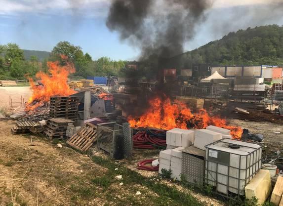 Auf einem Lagerplatz brannte abgelagerter Bauabfall. Die Polizei geht von Brandstiftung aus. Die Feuerwehr konnte das Feuer schnell löschen, doch es stank im ganzen Dorf stark nach dem verbrannten Plastik und Holz.