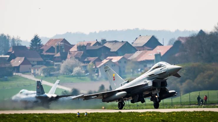 Braucht es Kampfflugzeuge wie den Airbus Eurofighter als Ersatz für die F/A18?. (KEYSTONE/Jean-Christophe Bott)