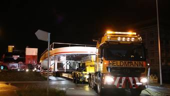 Hier wird ein 100 Tonnen schweres Schiff durch den Aargau transportiert.