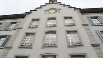 Im Aarauer Rathaus wird die Sparschraube angezogen.