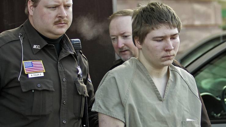 Der damals 16-jährige Brendan Dassey wird 2006 aus einem Gericht im US-Bundesstaat Wisconsin geführt. Dort wurde er wegen Mordes zu lebenslänglicher Haft verurteilt. Sein Fall wurde in einem Netflix-Dokumentarfilm aufgerollt. Nun soll er freikommen. (Archivbild)