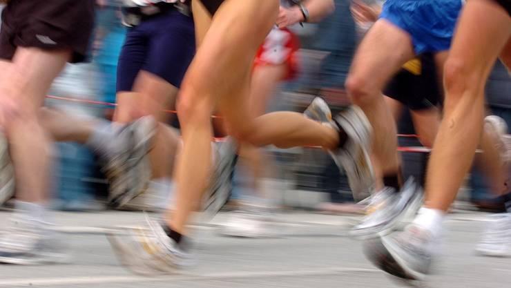 Laut Laurent Hoffmann spielt die richtige Schuhwahl eine wichtige Rolle, um Bewegungsfehler zu beheben. KEYSTONE/Ulrich Perrey