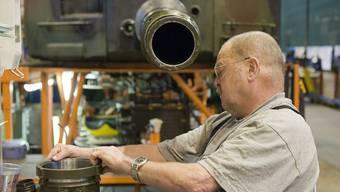 Rüstungsprogramm: Ein Mitarbeiter des Rüstungskonzern Ruag bearbeitet ein Panzerrohr der Schweizer Armee