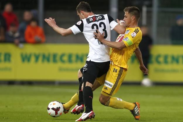 Aaraus Artur Ionita kämpft gegen Luzerns Alain Wiss um den Ball.