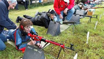 Habsburgschiessen auf Matten im Gras – 2009 mit dem damaligen Regierungsrat Ernst Hasler (2. von links) und einer Frau mit Sturmgewehr 57 in spezieller Schweizerkreuz-Ausführung.
