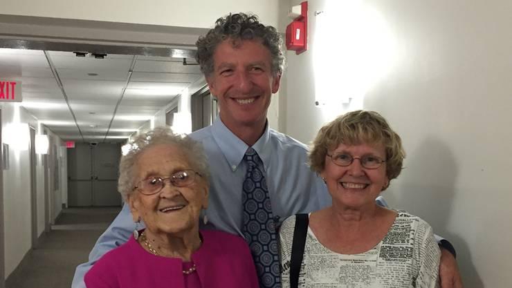 Thomas Perls mit einer 110-jährigen Frau (links) und deren Tochter.
