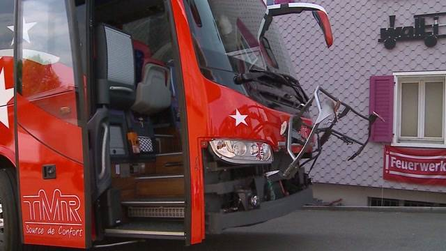FC Sion-Teambus rammt Auto
