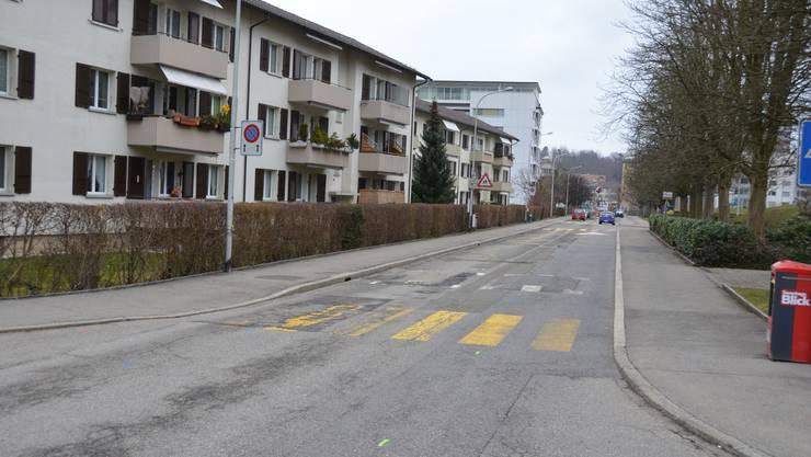 Ein Beispiel für die Bereinigungen: An der Gartenstrasse ist der Fussgängerstreifen zur Zelglistrasse (hinten im Bild) schlecht markiert und wegen der Bushaltestelle Richtung Feldstrasse auch schlecht einsehbar.