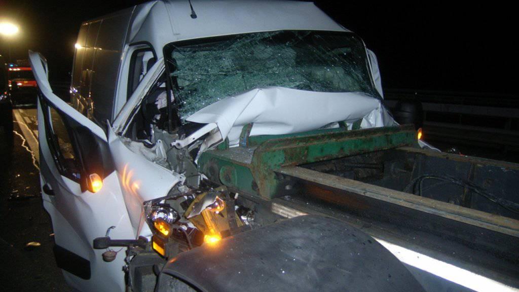 Aus diesem weiss lackierten Kleinbus wurde ein 48-jähriger Brite schwer verletzt geborgen.