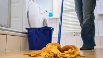 Wegen der Corona-Krise greifen mehr Leute selber zum Wischmopp - und verzichten auf die Dienste der Putzfrau.