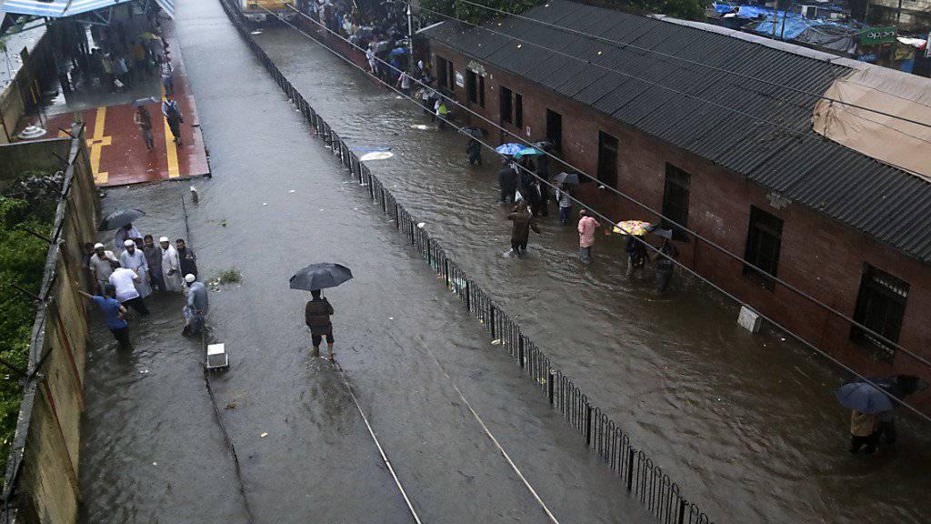 Überfluteter Bahnhof in Mumbai