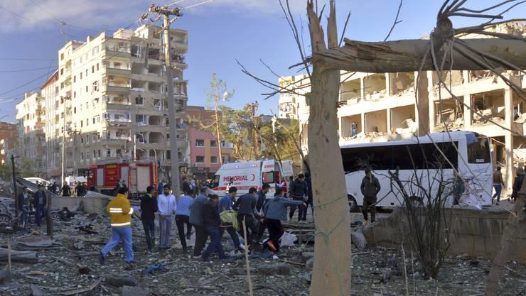 Bei einer schweren Explosion vor einem Polizeigebäude in Diyarbakir ist ein Mensch ums Leben gekommen.