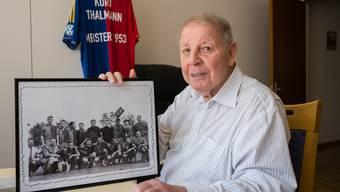 Auch über 60 Jahre nach dem Titel ist der FCB bei Kurt Thalmann noch sehr präsent: in der Hand ein Teamfoto, im Hintergrund ein vom Verein geschenktes Trikot.