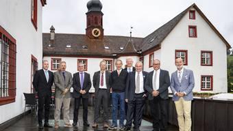 Die Ammänner der Gemeinden, in denen am Sonntag abgestimmt wurde, vor der Propstei in Wislikofen: (v.l.): Rolf Laube (Mellikon, Gemeinde bleibt eigenständig), Beat Rudolf (Rietheim). René Büeler (Baldingen, vertrat René Meier), Adrian Thoma (Böbikon), Heiri Rohner (Wislikofen), Ruedi Weiss (Kaiserstuhl), Urs Habegger (Rümikon), Werner Schumacher (Rekingen) und Reto S. Fuchs (Bad Zurzach).