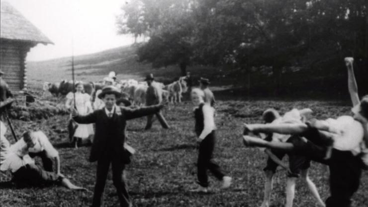 «Kinderspiele», möglicherweise anlässlich des Maienzugs 1897 im Roggehuser Täli. Wer kann diese Angaben bestätigen oder weiss mehr dazu?